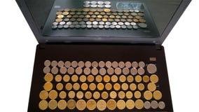 Münzen auf einer Tastatur Stockfoto