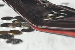 Münzen auf Geldbörse lizenzfreies stockbild