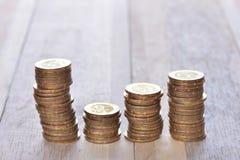Münzen auf hölzernem Stockbild