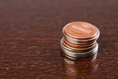 Münzen auf Tabelle Stockfotos