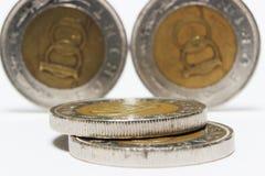 Münzen auf Weiß Stockfoto