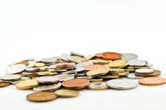 Münzen auf weißem Hintergrund Stockbilder