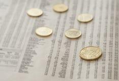 Münzen auf Zeitung lizenzfreie stockfotografie