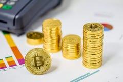Münzen Bitcoin BTC auf Finanzdiagramm 2017 Stockfoto