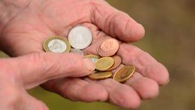 Münzen in den Händen der alten Frau Ältere Frauenzählung von Münzen der kleinen Veränderung Geschäftsarmutkonzept stock footage
