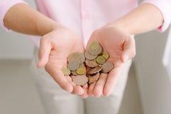 Münzen in den männlichen Händen Hände, die Stapel der Münzen schützen Lizenzfreies Stockbild