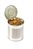 Münzen in der geöffneten Blechdose Stockbilder