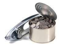 Münzen in der geöffneten Dose mit dem Dosenöffner Lizenzfreie Stockbilder