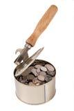 Münzen in der geöffneten Dose mit dem Dosenöffner Lizenzfreies Stockfoto
