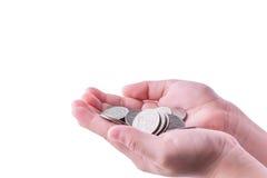 Münzen in der Hand des Jungen auf weißem Hintergrund Lizenzfreie Stockfotos