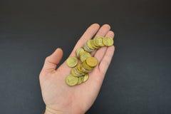 Münzen in der Hand Russische Münzen Stockfotografie