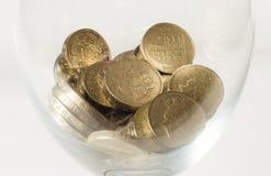 Münzen des britischen Pfunds in einem Glas Stockfoto