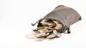 Münzen des thailändischen Baht in der schwarzen Tasche laufen mit copyspace über Stockfoto