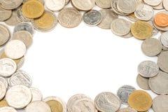 Münzen des thailändischen Baht umgaben zum weißen Kopienraum Stockbild