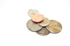 Münzen, die auf einem weißen Hintergrund sitzen Lizenzfreies Stockbild