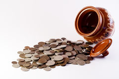 Münzen, die den Topf überlaufen lizenzfreie stockbilder