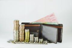 Münzen, die mit Geldbeutel stapeln Stockbilder