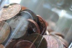 Münzen in einem Glas stockfoto