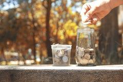 Münzen in einem Glasgefäß Stockfotografie
