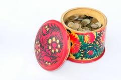 Münzen in einem Kasten Stockbild