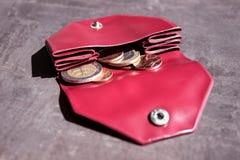 Münzen in einem kleinen Geldbeutel Konzept - Kosten, Einsparungen, kaufend Stockfotos