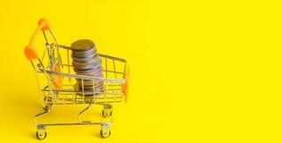 Münzen in einer Supermarktlaufkatze Konzept der Finanzierung und des Geldes eine Investition in einem neuen Projekt Reichtum und  Lizenzfreies Stockfoto