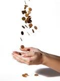Münzen fallen in seine Hände Stockfoto