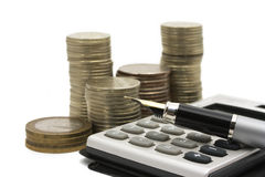 Münzen, Feder und Rechner Stockbilder