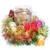 Münzen-Flasche mit Weihnachtsdekoration stockfotografie