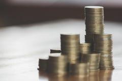 Münzen gestapelt auf einander in den verschiedenen Positionen, in den Geld-Einsparungs-Konzepten und in den finanziellen Risiken lizenzfreie stockbilder