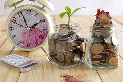 Münzen im Glas für Geldeinsparung und in der Anlage, die in den Einsparungs-Münzen wächst, rütteln für Investition Lizenzfreies Stockbild