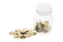 Münzen im Glasglas Stockfotos