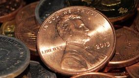 Münzen im grellen Glanz des Lichtes Abschluss oben stock footage