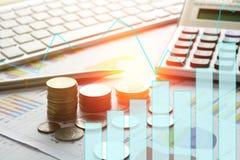 Münzen, Stapel des Geldes auf Papier des zusammenfassenden Berichtes der Finanzierung und acco Stockbild