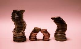 Münzen stapeln auf rosa Hintergrund Lizenzfreie Stockfotografie