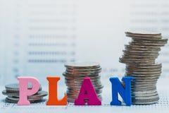Münzen-Stapeln und Holzklötze mit dem Text PLAN auf Banksparbuch lizenzfreie stockfotos