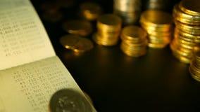 Münzen stapeln und Konto- bei der SparkasseSparbuch Konzepte für Hypothek und Immobilieninvestition, für die Rettung oder Investi stock footage