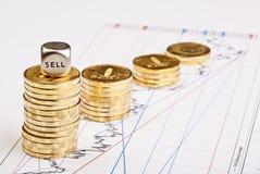 Münzen stapelt Abwärtstendenz und würfelt Würfel Stockfoto