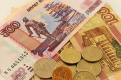Münzen und Banknoten Stockbild