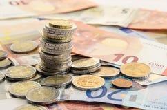 Münzen und Banknoten stockfotografie
