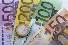 Münzen und Banknoten der Euros (EUR) Stockbild