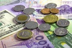 Münzen und Banknoten von verschiedenen Ländern Stockbild