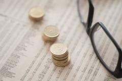 Münzen und Brillen lizenzfreie stockbilder