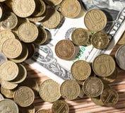 Münzen und Dollar Stockfotos