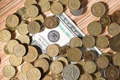 Münzen und Dollar Lizenzfreie Stockfotos