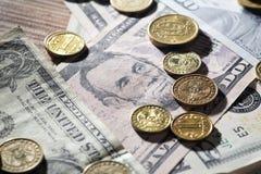 Münzen und Dollar Lizenzfreie Stockbilder