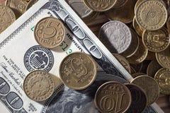 Münzen und Dollar Lizenzfreies Stockbild