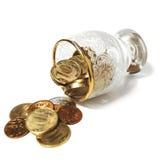 Münzen und ein Glas Stockbild