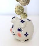 Münzen und Geldkasten Stockbild