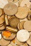 Münzen und Gewehrkugeln Stockfotos